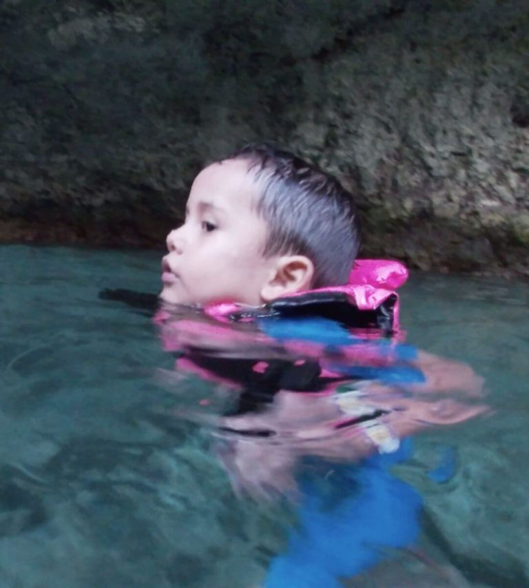 Tips for swimming in the rivers of Xcaret with your children-child floting-water-of-river