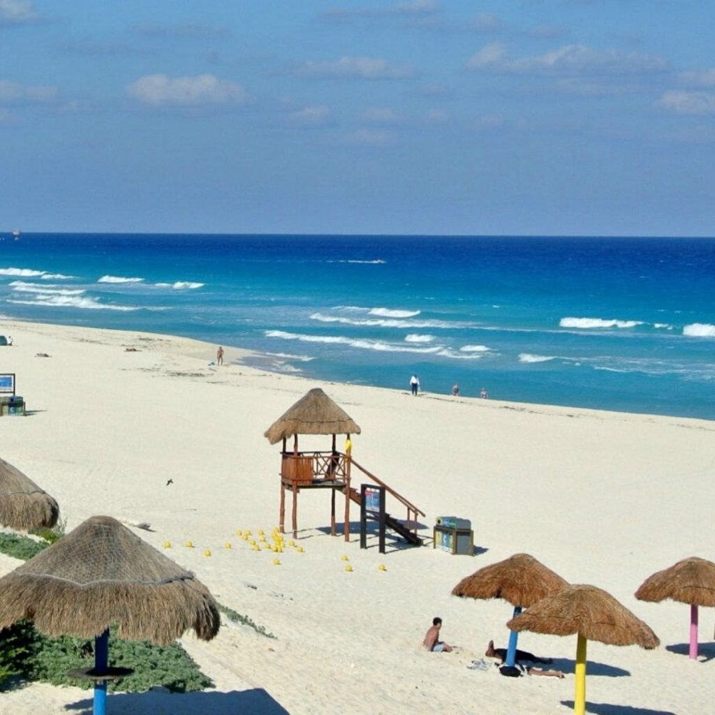 The-must-see-places-for-a-Cancun-vacation-dolphins-beach